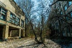 Altes verlassenes Haus in der Geisterstadt von Pripyat, Ukraine Konsequenzen einer Kernexplosion am Kernkraftplan Tschornobyls lizenzfreies stockbild