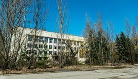 Altes verlassenes Haus in der Geisterstadt von Pripyat, Ukraine Konsequenzen einer Kernexplosion am Kernkraftplan Tschornobyls stockfotografie
