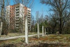 Altes verlassenes Haus in der Geisterstadt von Pripyat, Ukraine Konsequenzen einer Kernexplosion am Kernkraftplan Tschornobyls stockbild
