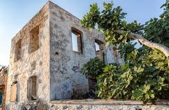Altes, verlassenes Haus im Dorf von Perdika, Aegina-Insel Lizenzfreie Stockbilder