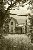 Altes, verlassenes Haus im Sepia Stockbilder