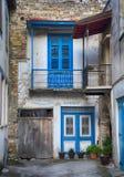 Altes verlassenes Haus mit blauer Tür und Fenster im Dorf Lefkara lizenzfreies stockbild