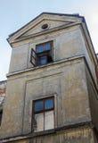 Altes verlassenes Haus mit Fenstern in Lemberg, Ukraine Lizenzfreies Stockfoto