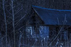 Altes verlassenes Haus nachts in der Wildnis ist mysteriös und furchtsam Lizenzfreie Stockfotografie