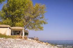 Altes verlassenes Hotel in Leptokarya, Griechenland stockfotos