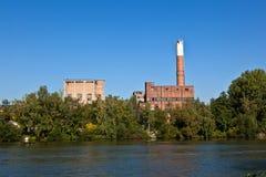 Altes verlassenes Industriegebäude Stockfoto