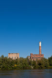 Altes verlassenes Industriegebäude Stockfotos