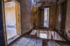 altes verlassenes Landhaus des Bodens Lizenzfreies Stockbild