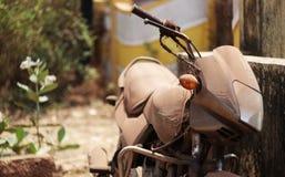 Altes verlassenes Motorrad mit rostigen Komponenten im Staub Lizenzfreie Stockbilder