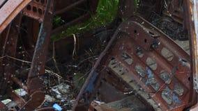 Altes verlassenes rostiges Auto ruiniert durch Korrosion stock video