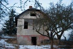Altes verlassenes ruiniertes Haus in einem Garten im Winter Lizenzfreies Stockfoto