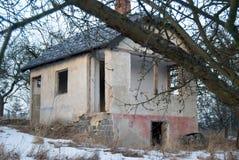 Altes verlassenes ruiniertes Haus in einem Garten im Winter Lizenzfreie Stockbilder