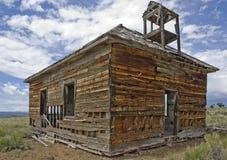 Altes verlassenes Schulhaus Stockbild