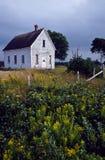 Altes verlassenes Schulhaus auf einem landwirtschaftlichen Gebiet Stockfotos