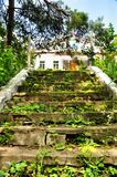 Altes verlassenes Treppenhaus, das zu die orthodoxe Gemeinde des Heiligen Nicholas Church führt Stockfoto