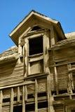 Altes verlassenes zwei Geschichte-Haus Stockbilder