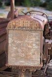 Altes verrostetes antikes Traktordetail des Heizkörpers Stockbilder