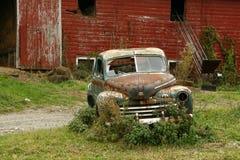 Altes verrostetes Auto u. Stall Stockfotografie