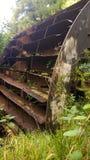 altes verrostetes Wasserrad Stockfoto