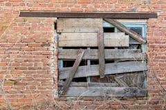 Altes verschaltes-oben Fenster auf Backsteinmauer Lizenzfreies Stockbild