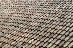 Altes verwittertes rotes Ziegeldachnahaufnahme-Beschaffenheitsfoto Stockbilder