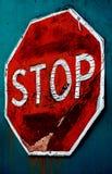 Altes verwittertes Stoppschild auf Knickentenhintergrund Stockfotos