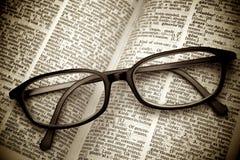 Altes Verzeichnis und schwarze Gläser Lizenzfreie Stockbilder