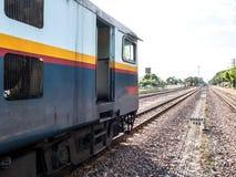 Altes vintafe thailändischer Zug auf der Eisenbahn Stockbilder