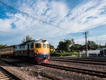 Altes vintafe thailändischer Zug auf der Eisenbahn Stockfotografie