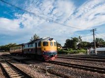 Altes vintafe thailändischer Zug auf der Eisenbahn Lizenzfreie Stockfotografie