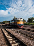 Altes vintafe thailändischer Zug auf der Eisenbahn Lizenzfreie Stockfotos