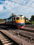 Altes vintafe thailändischer Zug auf der Eisenbahn Stockfoto
