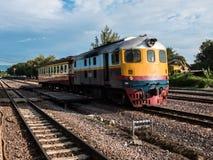 Altes vintafe thailändischer Zug auf der Eisenbahn Stockfotos