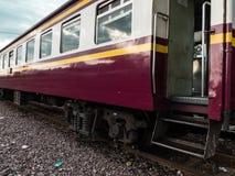 Altes vintafe thailändischer Zug auf der Eisenbahn Stockbild