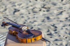 Altes Violinenlegen lizenzfreies stockfoto