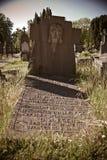 Altes vorgefallenes Grab in der Sonne Stockbilder