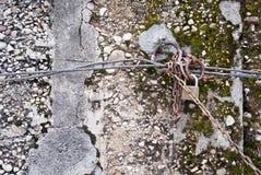 Altes Vorhängeschloß auf einer verrosteten Kette befestigt Lizenzfreies Stockfoto
