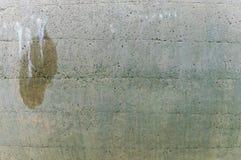 Altes Wandpool mit einem nassen Fleck Stockfoto