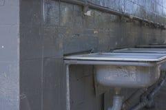 Altes Waschbecken auf einer grauen Wand Stockfotos