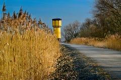 Altes Wasserreservoir am Ende der Straße lizenzfreie stockfotografie