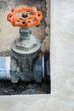 Altes Wasserventil und Stahlrohr Lizenzfreie Stockfotografie