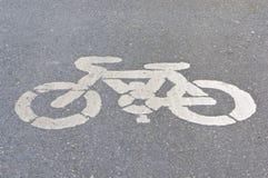 Altes Weiß gemaltes Zeichen des Fahrradweges Stockbild
