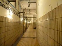 Altes Weiß gepflasterter deprimierender Korridor Lizenzfreies Stockbild