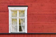 Altes weißes Fenster auf roter Wand Stockfotografie
