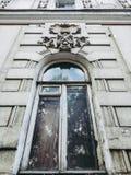 altes weißes Fenster mit Bogen und Stuck stockfotografie