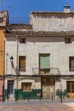 Altes weißes Haus an einem kleinen Quadrat in Ayora stockfoto