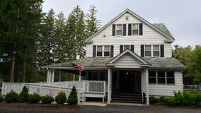 Altes weißes Haus im Holz stockfoto