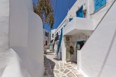 Altes weißes Haus in Naoussa-Stadt, Paros-Insel, Griechenland stockfotos