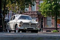 Altes weißes Hochzeitsauto Stockfotografie