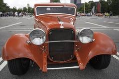 Altes Weinlese-Auto und blauer Himmel Stockbild